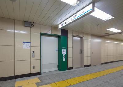 淡路町駅多機能トイレ(外観).JPG